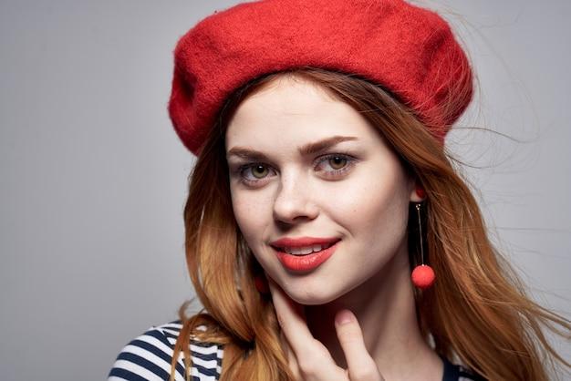 Vrolijke vrouw in een gestreept t-shirt rode lippen gebaar met zijn handen levensstijl