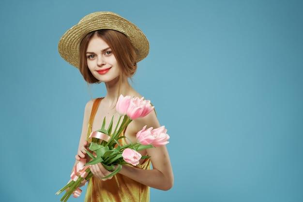 Vrolijke vrouw in een jurk met een boeket bloemen romantiek cadeau lifestyle