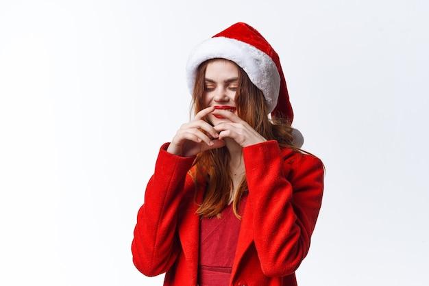 Vrolijke vrouw in santa kostuum emoties close-up mode decoratie