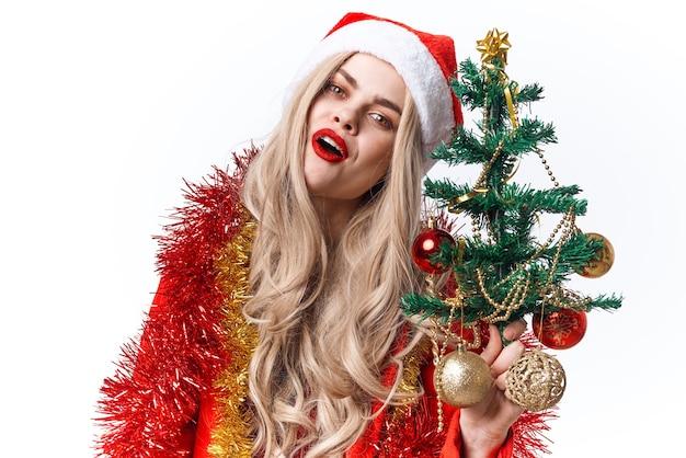 Vrolijke vrouw kerstvakantie decoratie lichte achtergrond