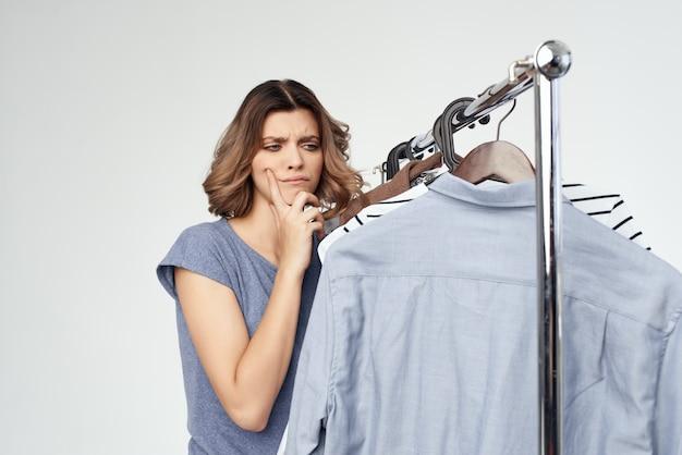 Vrolijke vrouw kleerhanger dressoir mode interieur studio levensstijl. hoge kwaliteit foto