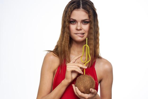 Vrolijke vrouw kokos cocktail rode zwembroek zomervakantie levensstijl