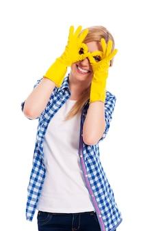 Vrolijke vrouw met beschermende handschoen handgebaar maken