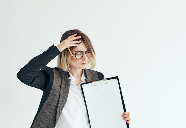 Vrolijke vrouw met bril documenten lege vorm lichte achtergrond