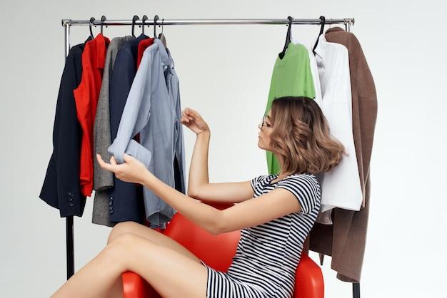 Vrolijke vrouw met bril naast kleding mode leuke winkelemoties