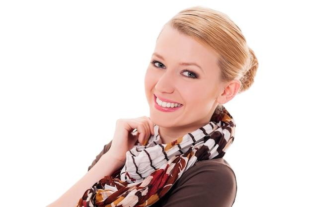 Vrolijke vrouw met de herfstsjaal