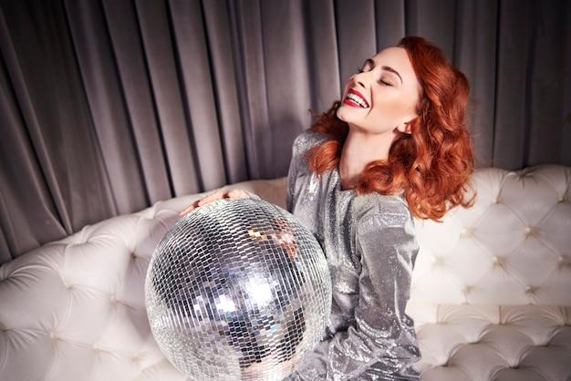 Vrolijke vrouw met discobal