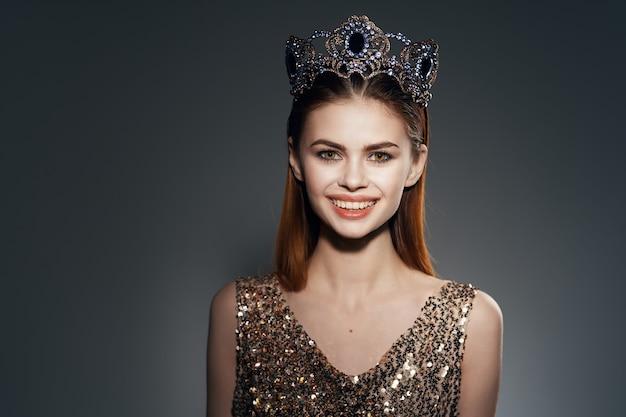 Vrolijke vrouw met een kroon op haar hoofd sieraden luxe beroemdheid