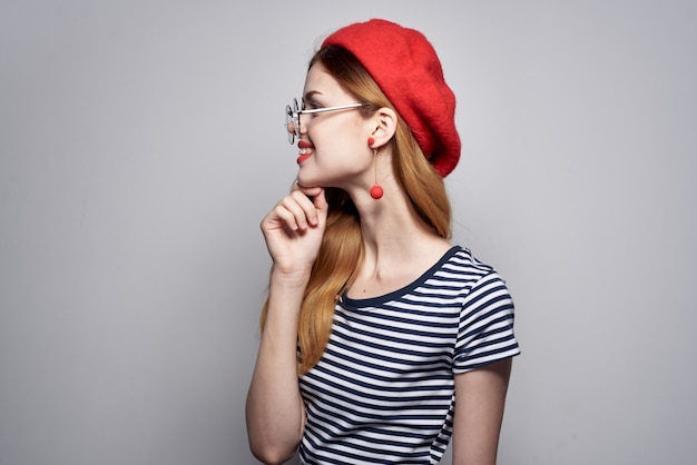 Vrolijke vrouw met een rode hoed make-up mode poseren