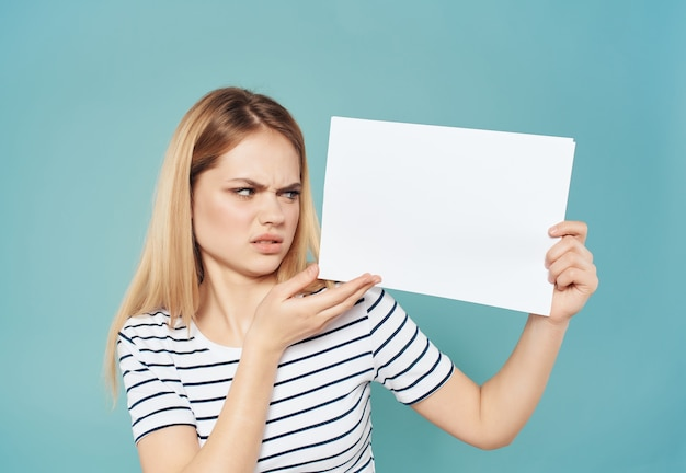 Vrolijke vrouw met een wit vel in de hand banner lifestyle studio