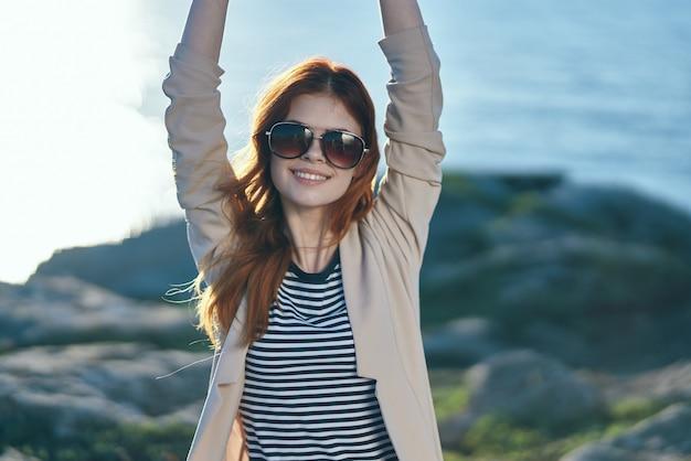 Vrolijke vrouw met een zonnebril reiswandeling zomer vrijheid