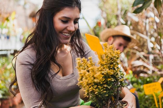 Vrolijke vrouw met gele bloemen