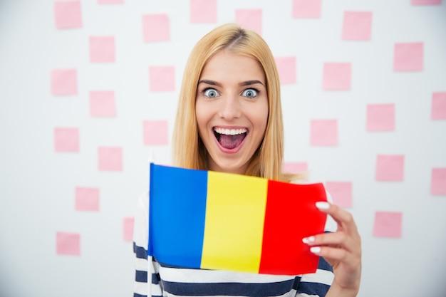 Vrolijke vrouw met roemeense vlag