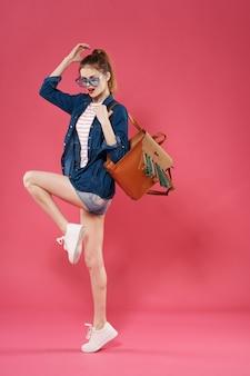 Vrolijke vrouw met roze het modellevensstijl van de rugzakmanier