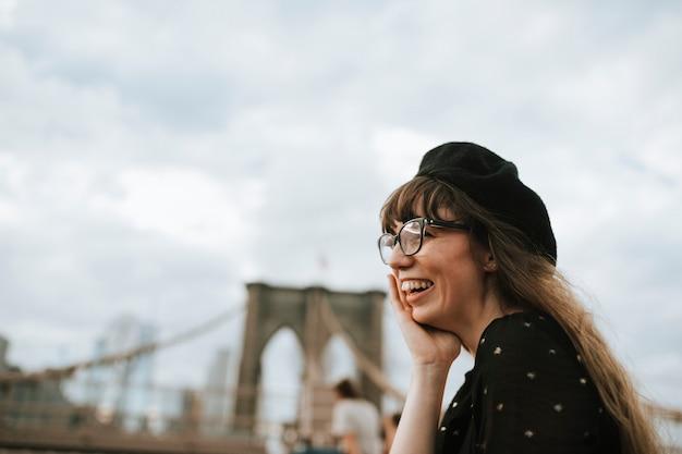 Vrolijke vrouw op de brooklyn bridge, vs.