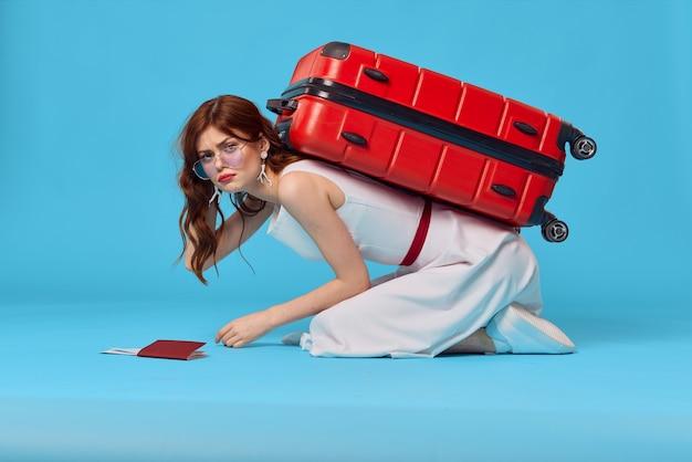 Vrolijke vrouw passagiers bagage luchthaven vlucht blauwe achtergrond