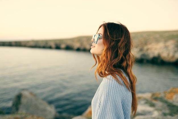 Vrolijke vrouw reizen landschap natuur wandeling frisse lucht