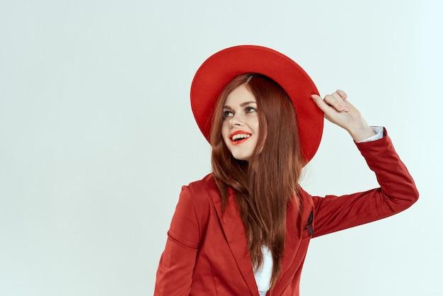 Vrolijke vrouw rode hoed lichte make-up elegante luxe stijl