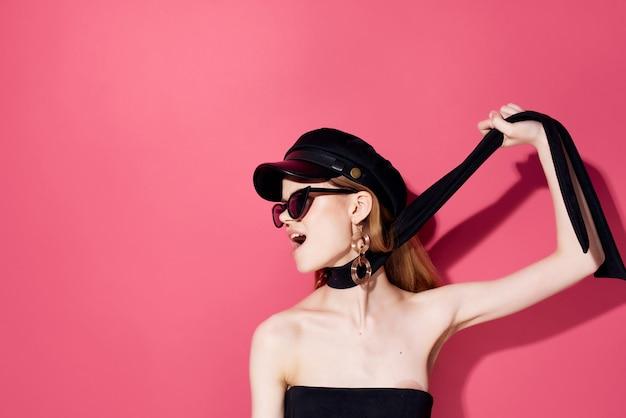 Vrolijke vrouw rode lippen poseren oorbellen luxe studio