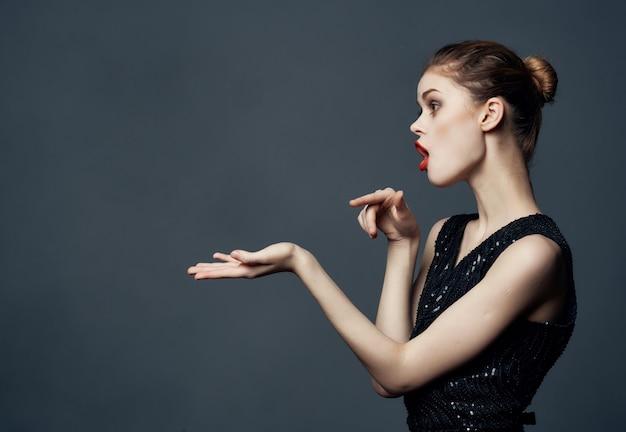 Vrolijke vrouw rood haar charme poseren cosmetica geïsoleerde achtergrond