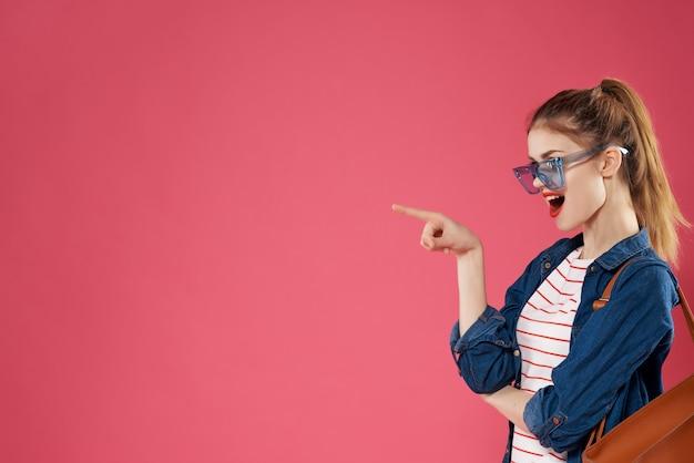 Vrolijke vrouw student modieuze kleding rugzak tiener