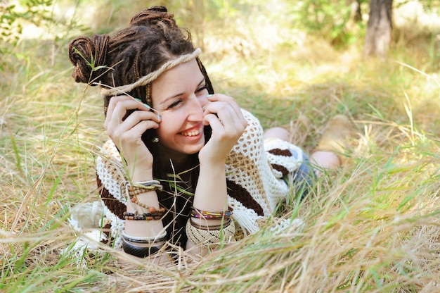 Vrolijke vrouw, veel plezier in het zonnige park