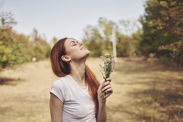 Vrolijke vrouw wandeling in het veld zon vrijheid reis