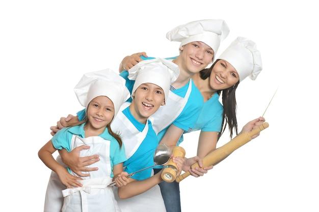 Vrolijke vrouwelijke chef-kok met assistenten geïsoleerd op een witte achtergrond.