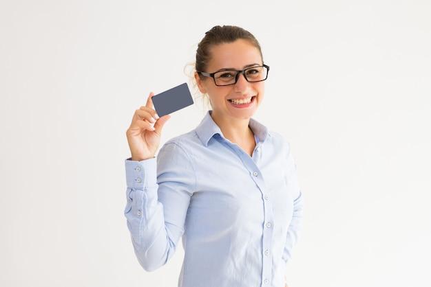 Vrolijke vrouwelijke klant die loyaliteitskaart ontvangt