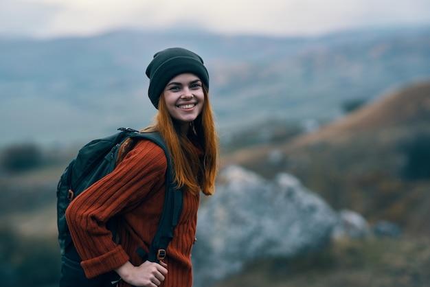 Vrolijke vrouwelijke toeristische rugzak natuur bergen landschap reizen