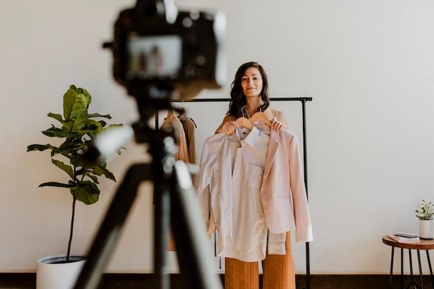 Vrolijke vrouwelijke vlogger die inhoud opneemt voor haar modekanaal