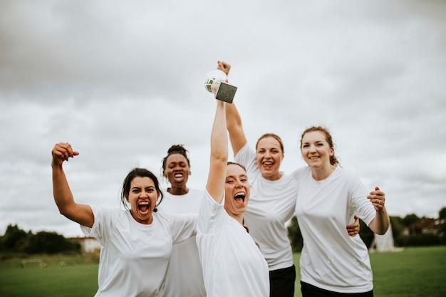 Vrolijke vrouwelijke voetballers die hun overwinning vieren