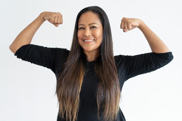 Vrolijke vrouwen aantonende macht op middelbare leeftijd