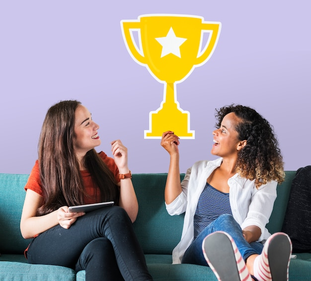 Vrolijke vrouwen houden trofee pictogram