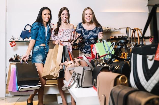 Vrolijke vrouwen opgewonden met prijzen in de winkel