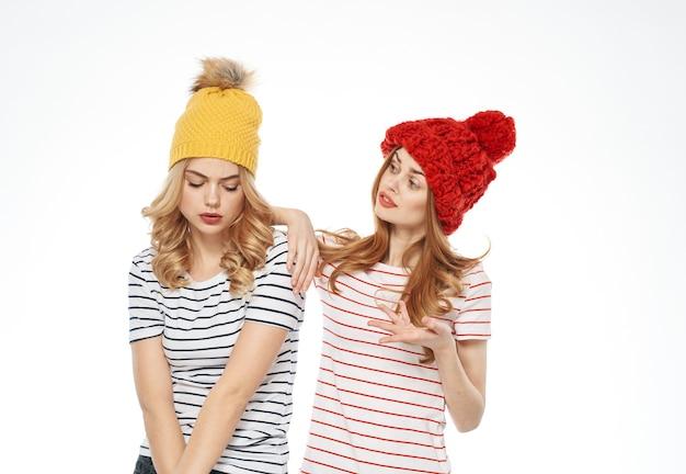 Vrolijke vrouwen warme hoeden mode kleding communicatie licht