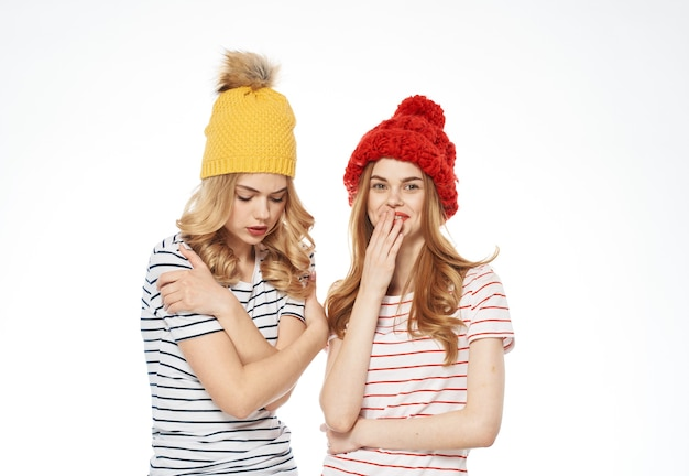 Vrolijke vrouwen warme hoeden mode kleding communicatie lichte achtergrond