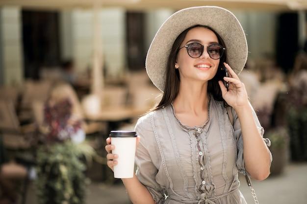 Vrolijke wandelende naakt aangename ziel telefoon