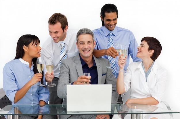Vrolijke zakelijke team roosteren met champagne