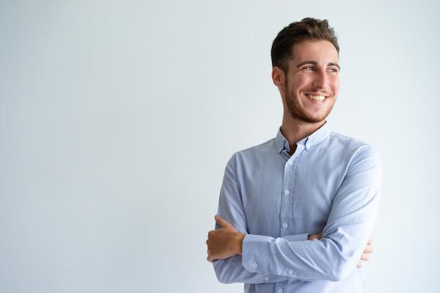 Vrolijke zakenman die van succes geniet
