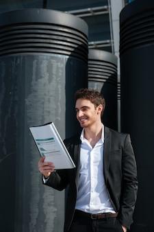 Vrolijke zakenman het lezen van documenten