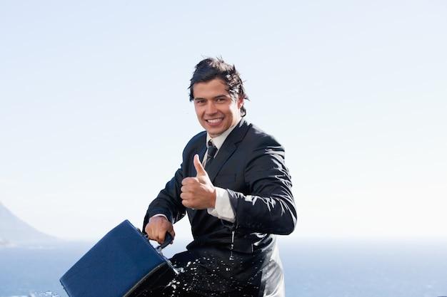 Vrolijke zakenman met de duim omhoog