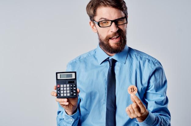 Vrolijke zakenman rekenmachine cryptocurrency geld werk
