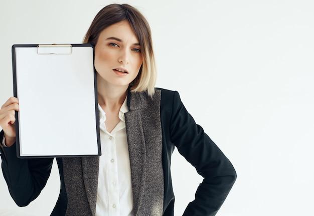Vrolijke zakenvrouw documenteert professionele reclame voor banen