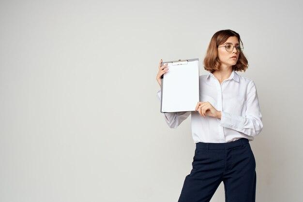 Vrolijke zakenvrouw met map in handen documenten kantoor lichte achtergrond
