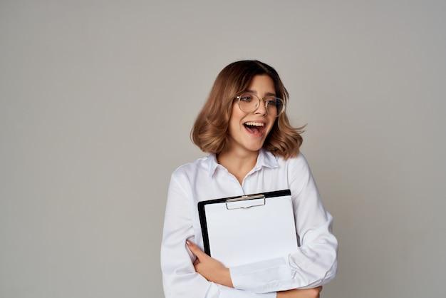 Vrolijke zakenvrouw secretaresse in wit overhemd documenten werken