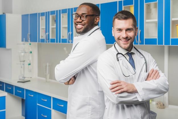 Vrolijke zelfverzekerde multiraciale medici