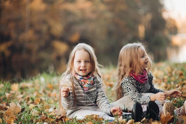 Vrolijke zusjes verheugen zich met elkaar en lachen