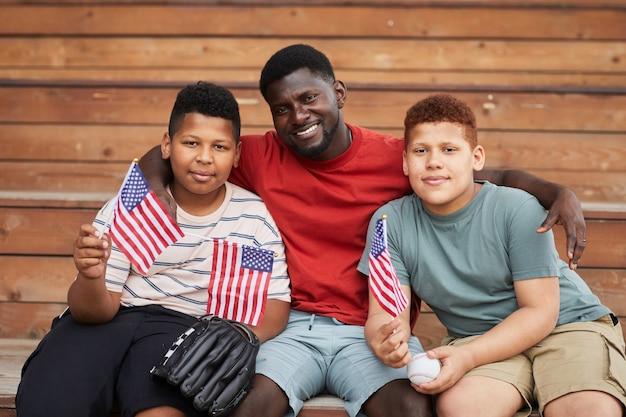 Vrolijke zwarte vader met zonen