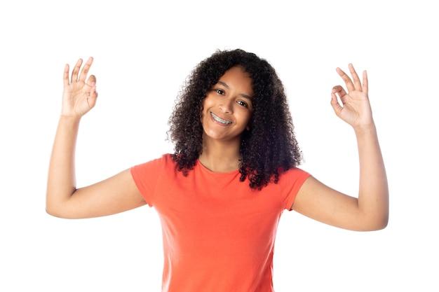 Vrolijke zwarte vrouwelijke student met afrohaar geïsoleerd op een witte achtergrond